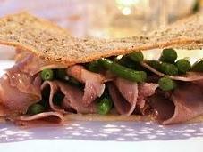 Lingua vitello, salsa tonnata cialda pane pepe nero