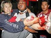 Arriva sangue thailandia. soldati colpiscono camicie rosse uccidono persone cameramen reuters