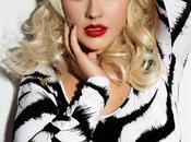 Look: Christina Aguilera dark smokey eyes lipstick