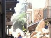 Crollano palazzine Conversano. scava macerie; salvati adulti, cerca bambina. Dieci feriti