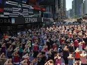 Times Square, mila salutano solstizio yoga