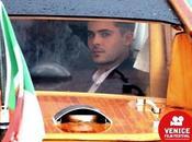 Venezia: Efron evita fans furbizia Touch Hug)