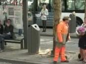 Cantanti travestiti spazzini Anversa Flash dedicato città pulita