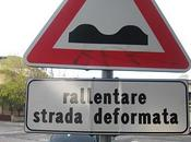 Strada deformata segnaletica vandalizzata