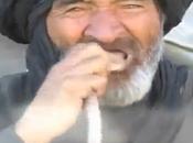 Uomo mangia serpenti vivi