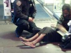 york: poliziotto compra delle scarpe nuove senzatetto