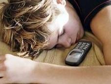 degli adolescenti dormono cellulare accanto