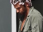 Cosa Bradley Cooper bigodini rosa testa?