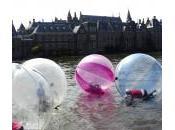 Olanda, laghetto nelle palle plastica: l'iniziativa contro l'obesità