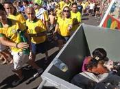 Brasile: donna dentro cassonetto, tifosi buttano immondizia