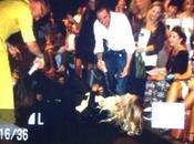Guendalina Canessa cade sulla passerella della Milano Fashion Week
