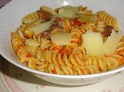 Pasta: fusilli peperoni abbrustoliti (sott'olio), acciughe, pinoli pecorino