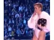 Miley Cyrus accende 'canna' palco degli Awards (Video)