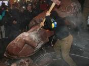 Kiev: manifestanti pro-Ue decapitano statua Lenin