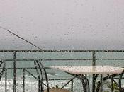 visto pioggia cadere mare.