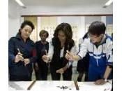 Michelle Obama scrive ideogrammi scuola Pechino (foto)