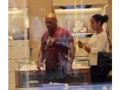 Mike Tyson stregato dalla boutique Salvatore Ferragamo (foto)