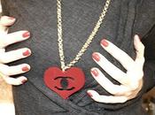 Idee regalo Valentino: Logo inspired heart necklace