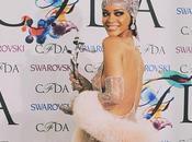 Rihanna agli CFDA Awards abito tempestato Swarovski
