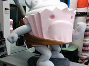 poche dall'annuncio nuovo gioco Xbox One, Behemoth mostra statua gigantesco cupcake antropomorfo Notizia