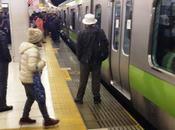 Passeggeri salvano signora treno