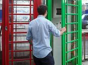 Londra, cabine ricaricare cellulari energia solare. London Phone Booth Converted Solar-Powered Mobile Charging Station