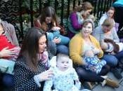 """Londra, """"Free Feed"""": della mamme protestano allattando davanti Claridge Hotel"""