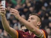 Calcio SerieA: Roma-Lazio 2-2; show all' Olimpico, Totti riprende Lazio