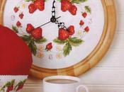 Deliziose fragoline nell'orologio ricamato punto croce