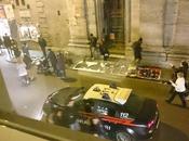 Prendete nota: venditori abusivi sono intoccabili! allucinanti immagini dell'auto carabinieri passa tira dritto come avesse visto!