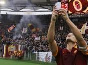"""Calcio, derby Roma-Lazio: l'Antitrust apre pratica Totti dopo selfie. Codacons: """"Fattispecie pubblicità occulta?"""""""