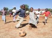 Kenya: bambini strada studiano, crescono divertono grazie calcio