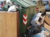 Siracusa: rifiuti ingombranti abbandonati pieno centro abitato accanto cassonetti stracolmi, segnalazione lettore