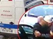 Video. Parcheggiatore abusivo vigile: bacio scatena bufera