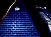 """Oggetti fuori posto: Piramide Nera """"fluorescente"""" l'occhio tutto vede"""