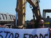 Attivisti bloccano l'eradicazione degli ulivi Salento