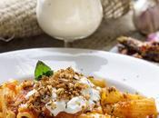 Maccheroni sala pomodoro, acciughe piccanti, stracciatella burrata polvere pane, pinoli semi cumino tostati