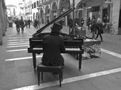 pianista fuori posto.