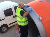 L'aereo decollerà appena meccanico avrà finito aggiustarlo scotch