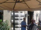 Piazza Farnese tavolini abusivi tolgono l'esercito, auto abusive tollerano. follia totale. voi?