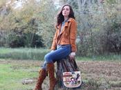 Stile indie: giacca scamosciata stivali frange