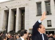 Processo Mediatrade: Berlusconi sale predellino offre panino