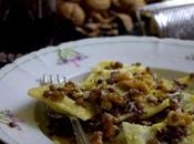 Ravioli ripieni ortiche ricotta conditi burro, noci lenticchie