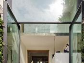 casa dalle enormi vetrate.