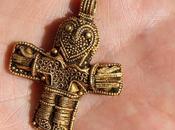 Danimarca, trovato antico crocifisso d'oro