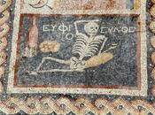 scheletro allegro degli scavi Hatay: invito godere della vita
