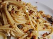 Spaghetti poveri acciughe capperi granella croccante