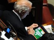 Deputati aula giocano l'ipad! (foto)