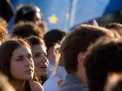 giovani sono europeisti accoglienti migranti, pochissima fiducia politici