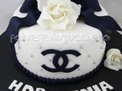 Torta Chanel bianca nera, rose fiocco pasta zucchero compleanno